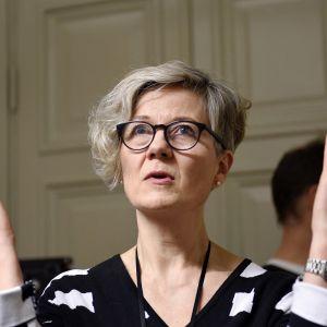 Valtakunnansovittelija Vuokko Piekkala kertoi postilakon sovittelun tilanteesta valtakunnansovittelijan toimistolla Helsingissä iltauutisten aikaan 18. marraskuuta