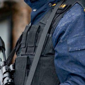 Aseistettu poliisi Ruotsissa.