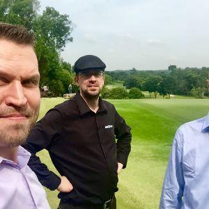 Soil Scoutin Jalmari Talola, Johannes Tiusanen ja Jussi Sirkiä singaporelaisella golf-kentällä. Yhtiön anturi auttaa säästämään vettä ja kasvattamaan satoja.