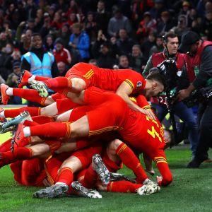 Walesin miesten jalkapallomaajoukkue juhli villisti Aaron Ramseyn osumaa.