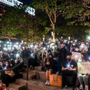 Ihmiset kokoontuivat rukoilemaan poliisin piirittämän polyteknisen yliopiston opiskelijoiden puolesta.