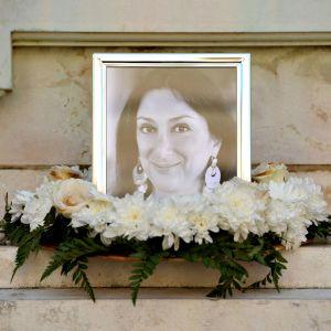 Daphne Caruana Galizian muistoksi on tuotu kukkakimppu ja sytytetty kynttilät.