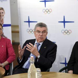 Kansainvälisen Olympiakomitean KOK:n jäsenet Sari Essayah (vas.) ja Emma Terho (oik.) sekä KOK:n puheenjohtaja Thomas Bach kansainvälisen New Leaders -koulutusohjelman päätöstapahtuman tiedotustilaisuudessa.