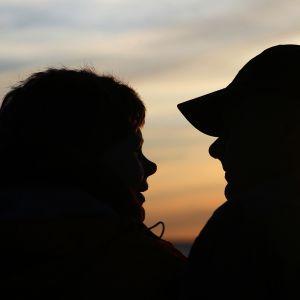 Pariskunta silhuettikuva, auringonlasku.