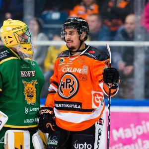 Ville Kolppanen Ilves ja Niclas Lucenius HPK keskustelivat pelikatkolla tuomarien tarkistaessa Ilveksen maalia videolta