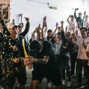 Demokratialiikkeen kannattajat juhlivat Hongkongissa.