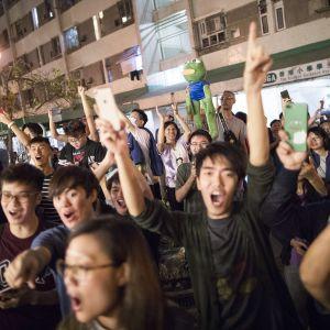 Demokratialiikkeen nuoret kannattajat juhlivat vaalivoittoaan