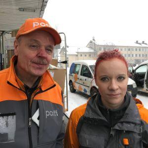 Postinjakajat Juha Heikkilä ja Anna Lipsanen lähdössä viemään paketteja.