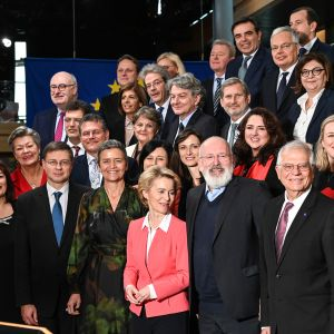 Ursula von der Leyen uusien kommissaarien kanssa yhteiskuvassa Strasbourgissa 27. marraskuuta.