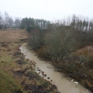 Vähäjoen jokiuoma syyskuisessa maisemassa.