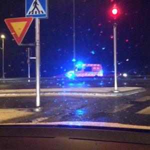 Ambulanssi ajaa hälytysvalot päällä