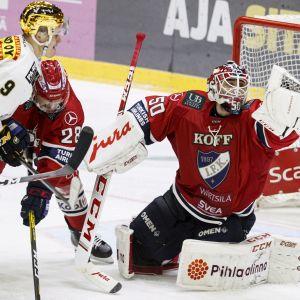 HIFK:n maalivahti Frans Tuohimaa torjuu Kärppien kultakypärä Jesse Puljujärven hyökkäyksen.