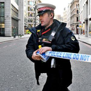 Poliisi sulkemassa katua Lontoossa perjantaina 29. marraskuuta 2019 veitsihyökkääjän takia.