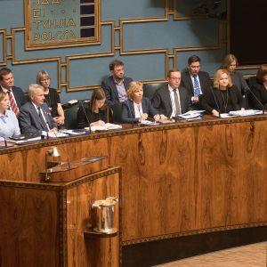Kuvassa ministerit ministeriaitiossa.