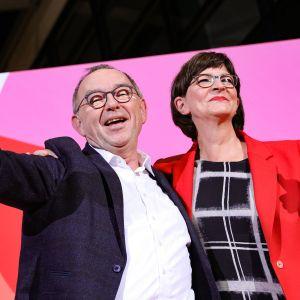 Kuvassa Saskia Esken ja Norbert Walter-Borjans.