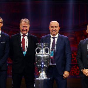 Kuvassa jalkapallon B-lohkon päävalmentajat Markku Kanerva, Åge Hareide (Tanska), Stanislav Tshertshesov (venäjä ja Roberto Martinez (Belgia)