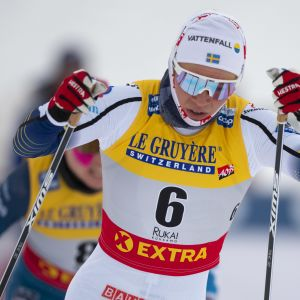 Jonna Sundling hiihtää.
