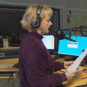 Nainen radiostudiossa.