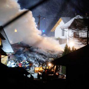 Palomiehiä ja pelastushenkilöstöä räjähdyspaikalla Szczyrkissä Puolassa.