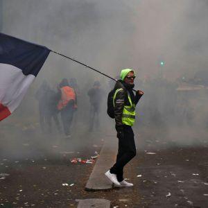 Mielenosoittaja Pariisissa 5. joulukuuta 2019.