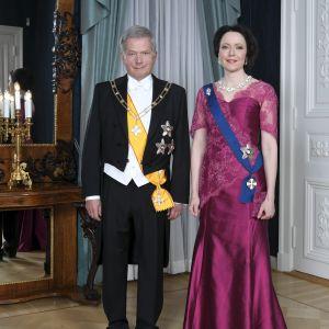 Tasavallan presidentti Sauli Niinistö ja rouva Jenni Haukio poseeraavat presidenttiparin kuvauksessa ennen itsenäisyyspäivän vastaanottoa Helsingissä 6. joulukuuta 2018