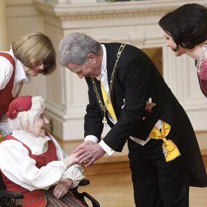 Saima Kukko ja tytär Irma kättelemässä presidenttiparia linnan juhlissa itsenäisyyspäivänä Helsingissä 6. joulukuuta.