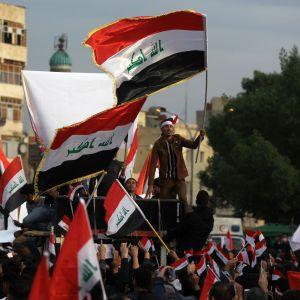 Mielenosoittajia Tahririn aukiolla perjantaina Bagdadissa, Irakissa.