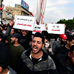 Mielenosoittajia Irakin Bagdadissa 6. joulukuuta 2019.