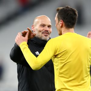 Freddie Ljungberg, Interim Manager of Arsenal and Mesut Ozil of Arsenal celebrate victory during the Premier League match between West Ham United and Arsenal FC at London Stadium on December 09, 2019 in London, United Kingdom. (Photo by Julian Finney/Getty Images)