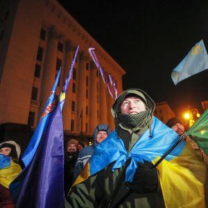 Kiovalaiset seurasivat Putinin ja Zelenskyin tapaamista suurilta näytöiltä presidentinpalatsin ulkopuolella.