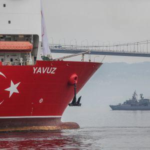 Tutkimusaluksen keula, kuvassa myös Turkin laivaston alus.