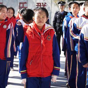 Pekingin talven viima käy poskiin. Kiinan kouluissa verryttelypuku on tavallinen univormu.