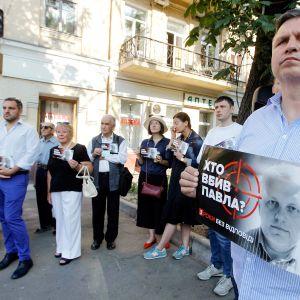 Ihmisiä muistamassa Pavel Šeremetin murhaa vuosipäivänä 20. heinäkuuta 2019.