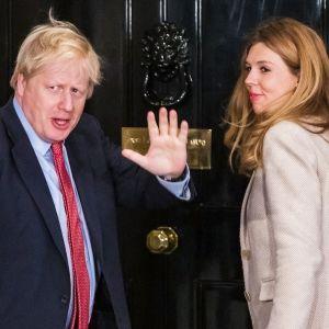 Pääministeri Boris Johnson ja Carrie Symonds palaamassa vaalivalvojaisista Downing Streetille.