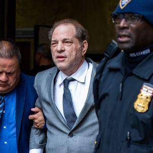 Elokuvatuottaja Harvey Weinstein poistumassa oikeussalista New Yorkissa 6. joulukuuta.