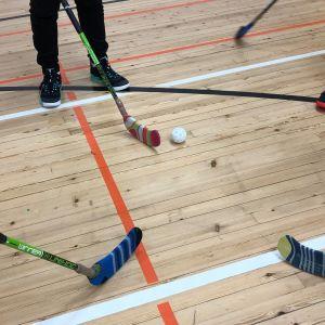 Kilpisen koulun liikuntasalissa Jyväskylässä salibandymailojen lavat on suojattava sukalla