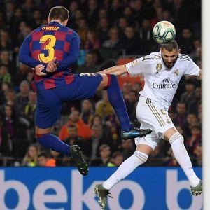 Barcelonan puolustaja Gerard Pique (vas.) ja Real Madridin hyökkääjä Karim Benzema