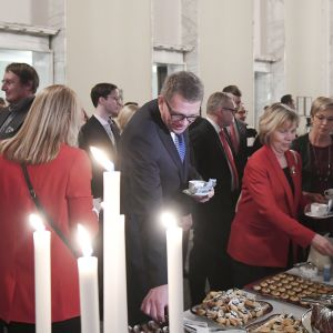 Puhemies Matti Vanhanen vierellään oikeusministeri Anna-Maja Henriksson ja Veronica Rehn-Kivi eduskunnan puhemiehen perinteisillä joulukahveilla valtiosalissa eduskunnassa perjantaina.