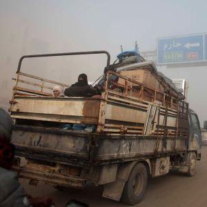 Syyrialaisia pakenemassa pommituksia Idlibiin.