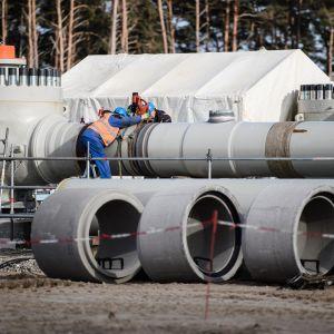 Nord Stream kaasuputken rakennustarvikkeita.