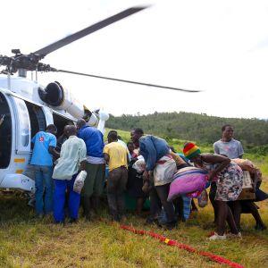 Ruokaa jaetaan Helikopterista Chipingessä Zimbabwessa 24. huhtikuuta 2019
