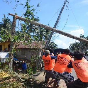 Taifuunin tuhoja siivottiin Salcedon kaupungissa Filippiineillä 26. joulukuuta.