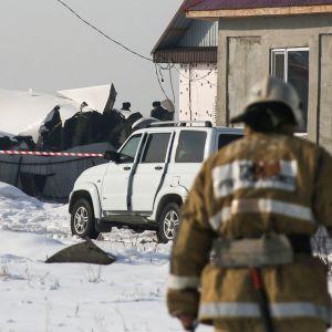 Pelastushenkilökuntaa lentoturman onnettomuuspaikalla Almatyn lähistöllä 27. joulukuuta.
