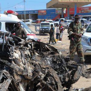 Kuvaa onnettomuuspaikalta Mogadishussa, jossa tuhoisa autopommi räjähti 28. joulukuuta.