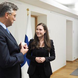 """Pääministeri Marin luovutti """"puheenjohtajan pallon"""" Kroatian pääministeri Andrej Plenkovićille Eurooppa-neuvostossa 13. joulukuuta."""