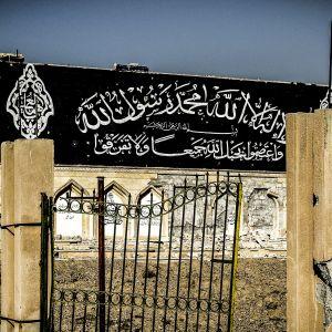 Raqqan keskustassa sijaitsevasta puistosta Isis teki joukkohaudan. Ennen sotaa ihmiset kävivät puistossa piknikillä, nyt puistossa on lukuisia pieniä hiekkakumpuja, joiden alla makaa Isisin uhreja.