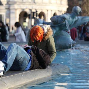 pariskunta hempeilee suihkulähteellä Lontoossa