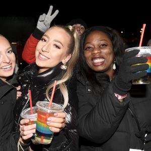 kolme nuorta naista drinkit kädessään