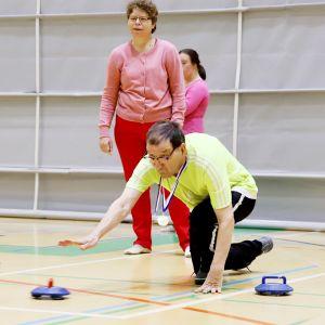 Hannele Joukainen ja Tapani Komppa pelaavat curlingia