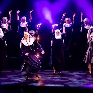 Nunnat railakkaassa lauluesityksessä Kokkolan kaupunginteatterin Nunnia ja konnia -musikaalissa.